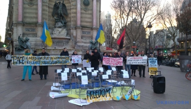Activists in Paris demand to free Sushchenko, Sentsov, Ukrainian sailors. Photos