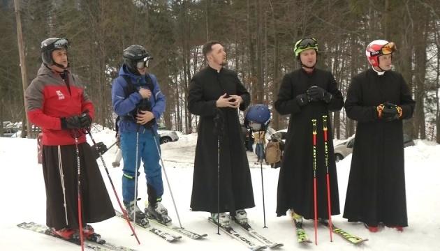 Перехрестився і з гори: розваги польських священиків