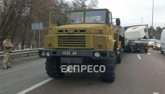 На виїзді з Києва зіткнулися вантажівка Volvo та військовий КрАЗ