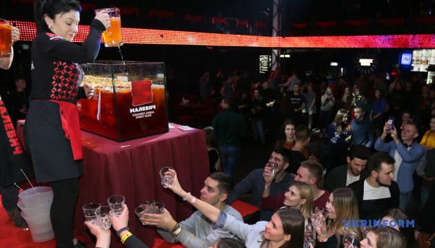 У Львові приготували рекордний 150-літровий коктейль