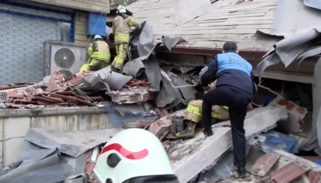 Унаслідок обвалу будівлі у Стамбулі загинула щонайменше одна людина