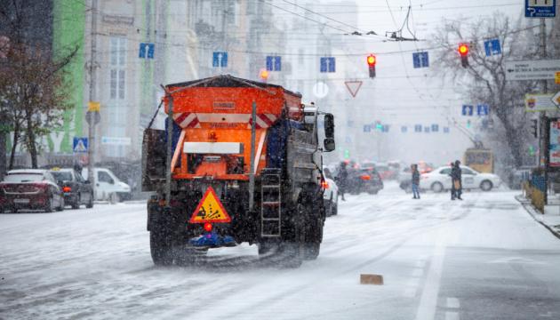 Поради водіям та пішоходам під час ожеледиці та снігопадів. Інфографіка