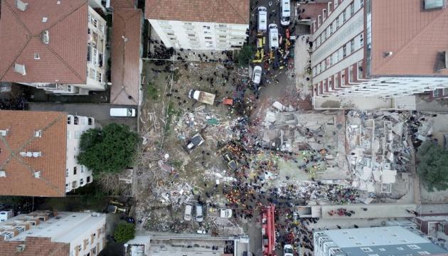 Обвал будинку у Стамбулі: є загиблі і поранені, можуть впасти сусідні споруди