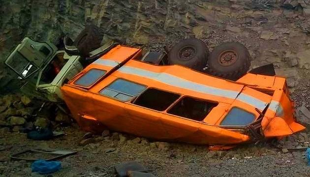 В России упал с обрыва автобус с шахтерами, шестеро погибших