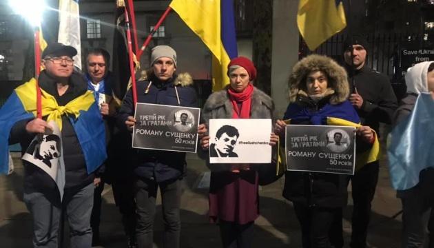 У Лондоні провели флешмоб на підтримку Романа Сущенка