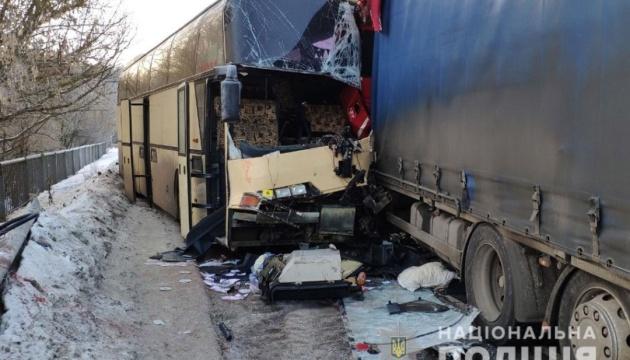 На Чернігівщині зіткнулися автобус та вантажівка, є загиблі