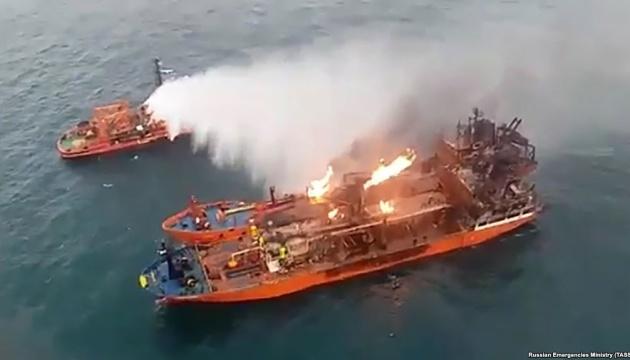 Горящие у берегов Крыма танкеры попали в шторм