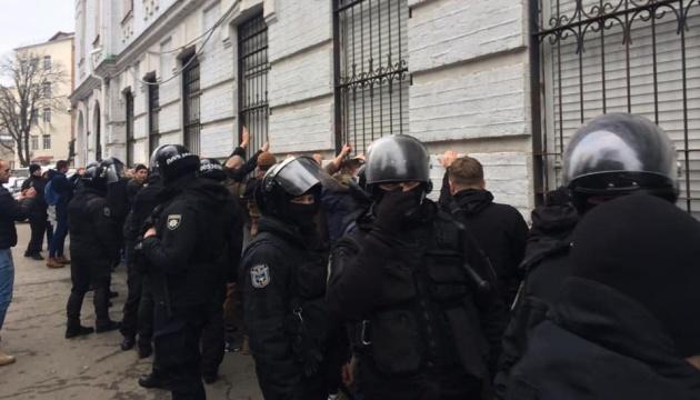 Інцидент біля Подільського управління: в МВС сказали, що буде з вилученими речами