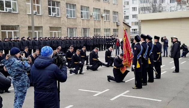 Порошенко поздравил пленных моряков-курсантов с присвоением офицерских званий