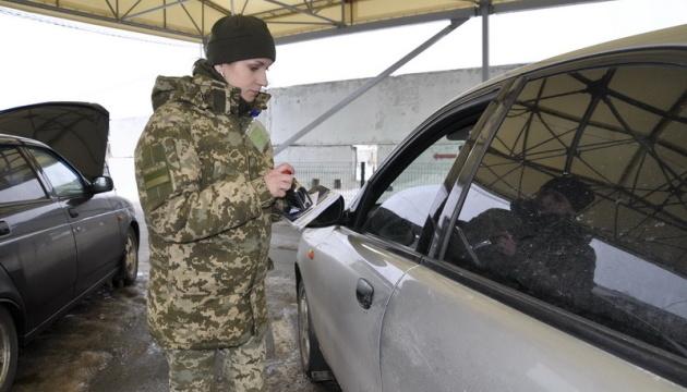 У пунктах пропуску на Донбасі у чергах стоять 335 авто