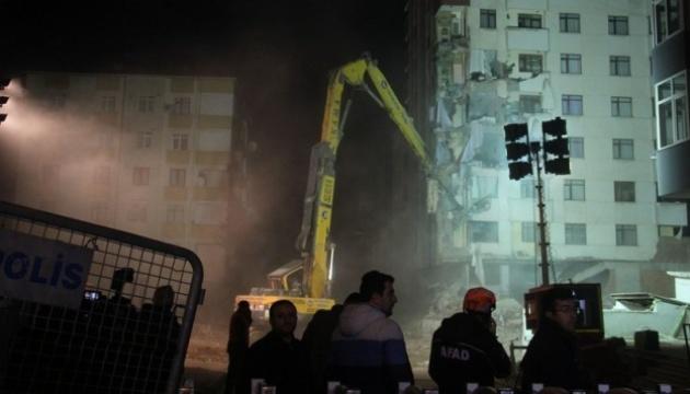 Обвалення будинку в Стамбулі: сусідню будівлю почали зносити