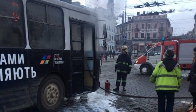 В центре Черновцов загорелся троллейбус с пассажирами