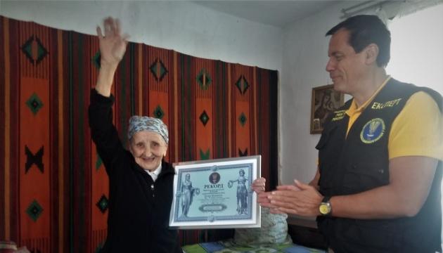 93-річна мешканка Львівщини сіла на шпагат, встановивши рекорд України
