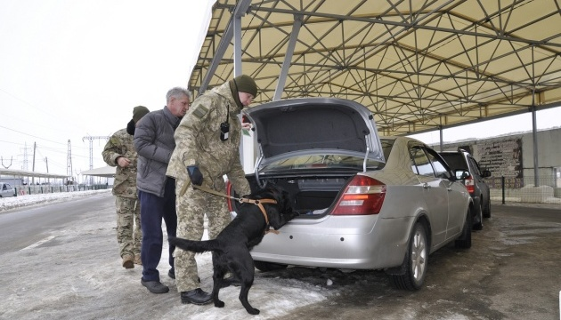 У пунктах пропуску на Донбасі в чергах стоять 340 авто