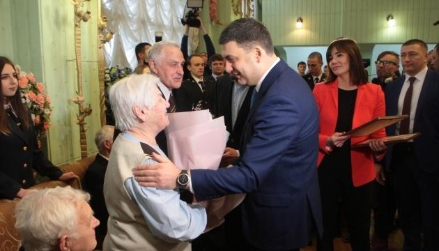 У Києві пари, одружені понад 50 років, отримали повторні свідоцтва про шлюб