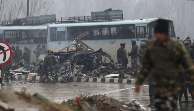 У Кашмірі авто з вибухівкою протаранило поліцейський автобус, 18 загиблих