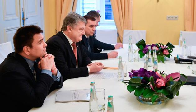 """Порошенко заявив, що наступного тижня приймуть """"азовський пакет"""" санкцій щодо РФ"""