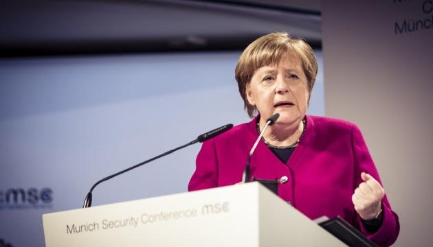 Меркель закликає захищати демократію від правого екстремізму