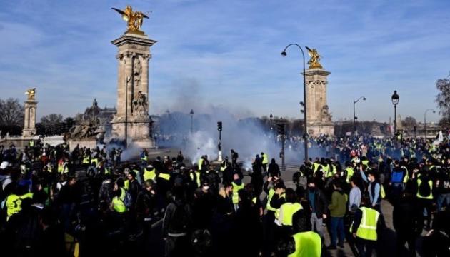 """Тисячі """"жовтих жилетів"""" знову вийшли на вулиці Франції"""