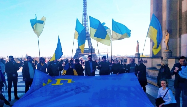 """""""Об'єднані прапором"""": у центрі Парижа підтримали кримських татар і полонених моряків"""