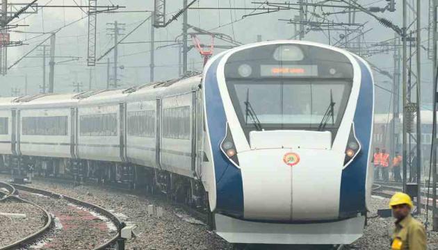 Найшвидший потяг Індії зіштовхнувся зі стадом корів
