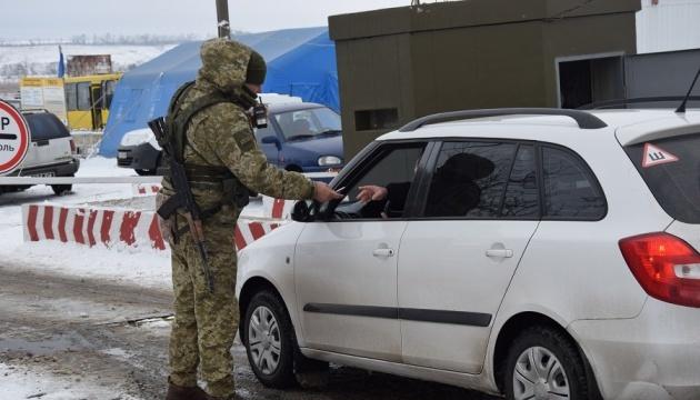 У пунктах пропуску на Донбасі застрягли 385 авто