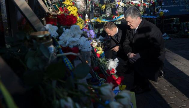 Порошенко й Туск вшанували пам'ять Героїв Небесної Сотні