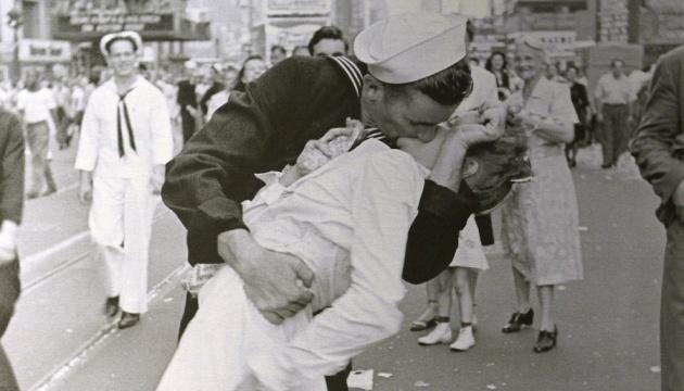 """Помер """"моряк, що цілується"""" з культового фото"""