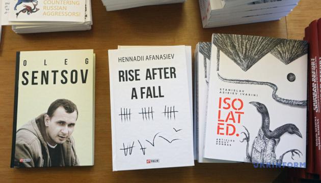 В Раду передали англомовні книжки для виставки про російську агресію