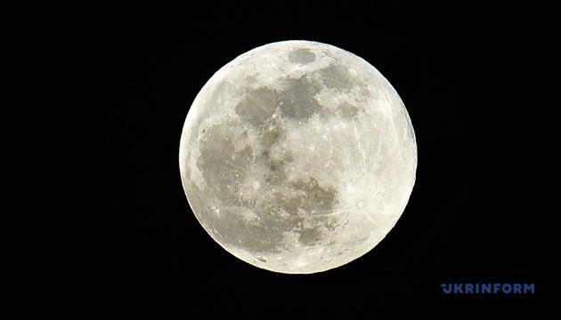 Китайский зонд «Чанъэ-5» перегрузил образцы грунта Луны на модуль