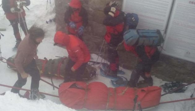 З гори Піп Іван рятувальники на ношах спускають двох туристів