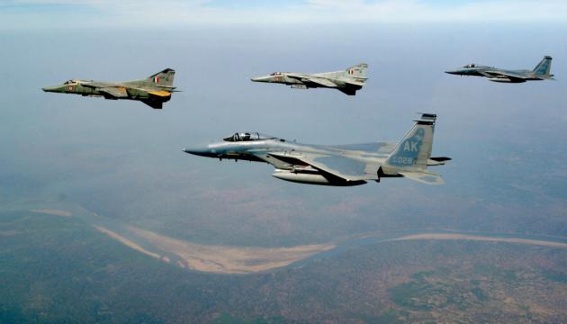 Пакистан заявляє, що збив два індійські літаки