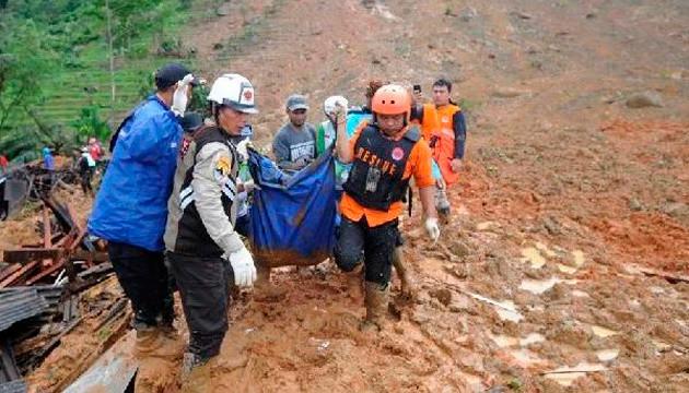 Обвал шахти в Індонезії: понад 60 людей під завалами, троє загинули