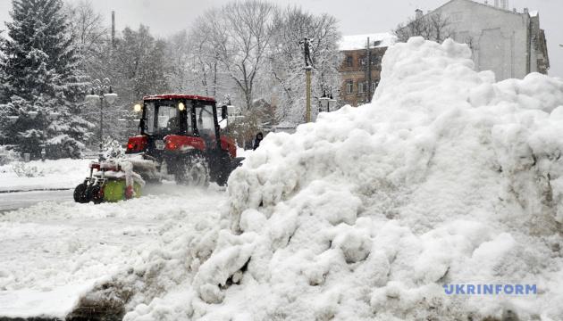 Через сніг на дороги держзначення «вивели» 586 спецмашин