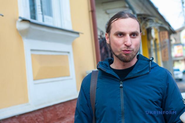 Історик Юрій Славік біля будику, де жив Августин Волошин
