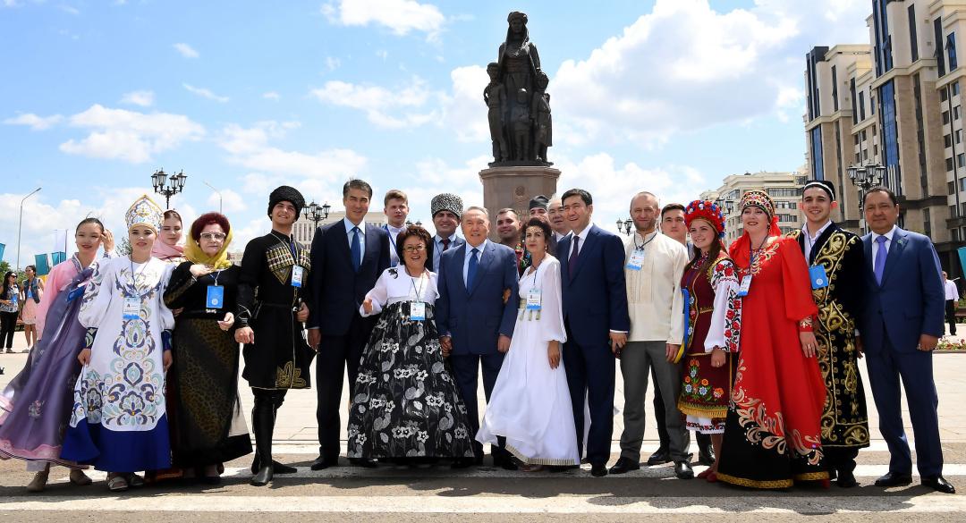 Назарбаєв з представниками етнокультурних об'єднань перед монументом «Қазақ еліне миң алғис» / Фото КазТАГ