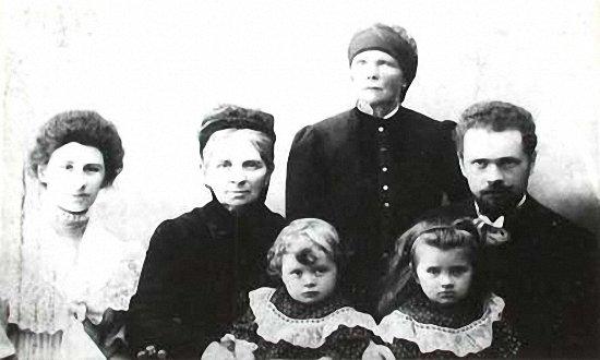 Родина Івана Труша - зліва направо - Аріадна Труш, Людмила Драгоманова - на руках Мирон, Анна Труш, Іван Труш - на руках донька Аріадна 1