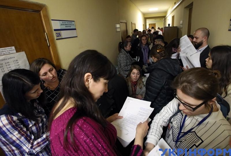Виборці, які бажають змінити місце голосування на виборах Президента України 31 березня, Київ, 22 березня 2019 року // Фото: Володимир Тарасов. Укрінформ