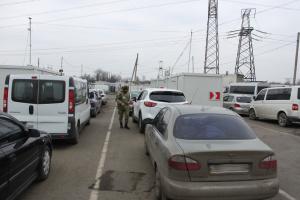В КПВВ на Донбассе застряли 250 автомобилей