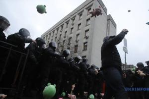 Les activistes du Corps national jettent des « cochons» sur la police