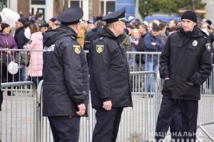 Хулиган бросил яйцо в толпу во время выступления Порошенко в Ривном