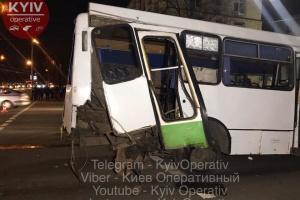 В Киеве столкнулись маршрутка и два автомобиля, одна машина загорелась
