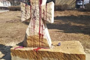 На Харьковщине вандалы повредили памятник погибшим защитникам Украины