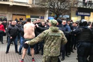 Во Франковске на митинге Порошенко произошла потасовка