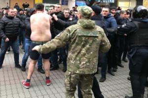 西部イヴァノ=フランキウシク市で、ポロシェンコ大統領を交えた集会で小競り合い けが人なし