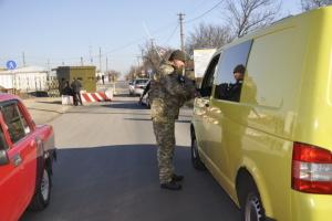 У пунктах пропуску на Донбасі застрягли 300 авто