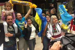 Збірну України з футболу зустріли в Лісабоні у вишиванках
