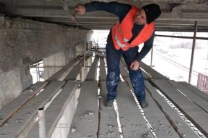 Киевлянам показали, как ремонтируют мост метро через Русановский пролив