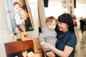 У Вінниці відкрилась виставка портретів мам та їх «сонячних» діток