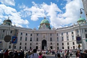 В Австрії скасовують комендантську годину і послаблюють масковий режим
